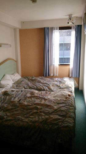 ダブルベッド2台のお部屋。出かけ間際に撮ったからカバーが波打ってますね・・・
