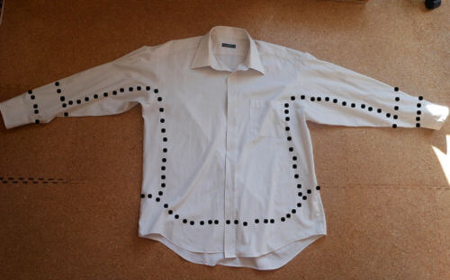 身頃をほどいたりはせず、中表にして袖から身頃まで(裾とカフス以外)一気に縫ってしまう作戦です。