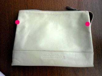 加工するクラッチバッグ。ピンク色の部分から数センチほどいて加工します。