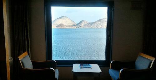 湖面が見えるお部屋。洞爺湖の真ん中に浮かぶ中島が真正面に見えます